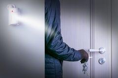 运动传感器或探测器保障系统的 有闯进的危险夜贼受害者的家庭门 免版税库存图片
