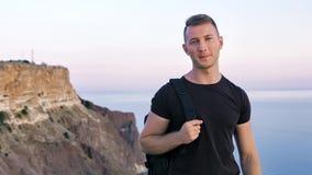 运动友好的欧洲年轻人画象有背包的在他的肩膀 股票视频