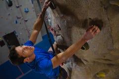 运动员上升的墙壁大角度看法在健身演播室 库存图片