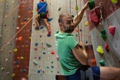 运动员上升的墙壁画象在健身俱乐部的 库存照片