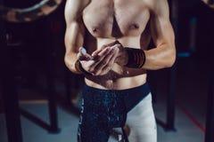 运动员为在圆环的锻炼做准备 免版税库存图片
