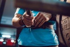 运动员为杠铃锻炼做准备 免版税库存图片