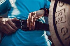 运动员为杠铃锻炼做准备 免版税图库摄影