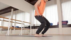 运动员人做躯干轮,坐在健身房的地板,瑜伽锻炼 健康,生活,灵活性 影视素材