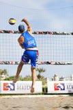 运动员人沙滩排球跳跃的钉攻击 免版税库存图片