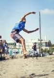 运动员人沙滩排球跳跃的钉攻击 免版税库存照片