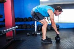 运动员侧视图有kettlebell的在健身房 库存图片