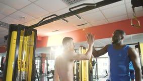 运动员做下巴上升,支持和激发他的朋友,给上流五 影视素材
