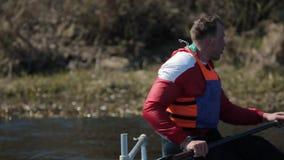运动员划船接近的画象在河的独木舟的 荡桨,乘独木舟,用浆划 ?? 划皮船 E 股票视频