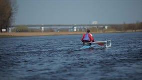 运动员划船背面图在河的独木舟的 荡桨,乘独木舟,用浆划 ?? 划皮船 人航行反对 股票视频