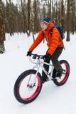 运动员在体育自行车去 免版税库存图片