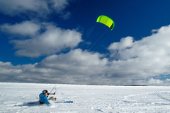 运动员在冬天乘坐一只风筝 免版税库存图片