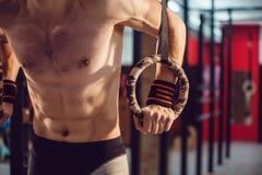 运动员在圆环做锻炼 免版税库存图片