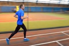 运动员在竞技场跑距离5 km 库存图片