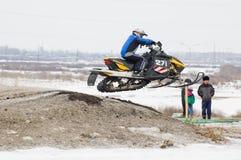 运动员在雪上电车跳 免版税库存图片