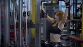 年轻运动员培养抽的肌肉的重量在健身房 影视素材