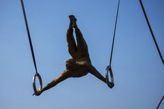 运动员壮观的平衡的古铜色雕象Bernatka人行桥的在河维斯瓦河在克拉科夫波兰 免版税库存照片