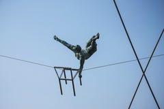 运动员壮观的平衡的古铜色雕象Bernatka人行桥的在河维斯瓦河在克拉科夫波兰 库存图片