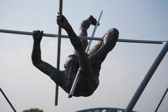 运动员壮观的平衡的古铜色雕象Bernatka人行桥的在河维斯瓦河在克拉科夫波兰 库存照片