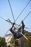 运动员壮观的平衡的古铜色雕象Bernatka人行桥的在河维斯瓦河在克拉科夫波兰 图库摄影