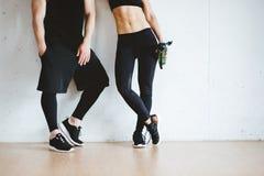 运动员夫妇生活方式适合的健身运动的健身房概念 免版税库存图片