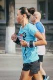 运动员女性运行中 免版税库存图片