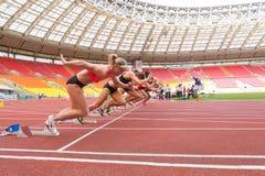 运动员开始在国际运动竞争的种族 库存图片