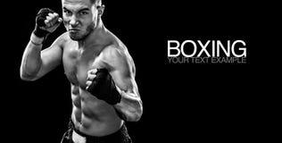运动员战斗在拳击笼子的泰拳拳击手 隔绝在与烟的黑背景 复制空间 黑色白色 免版税图库摄影