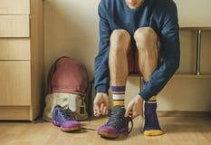 运动员手运动鞋领带鞋带播种的看法在更衣室i的 免版税库存照片