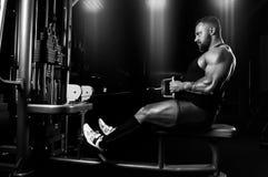 运动员执行在Th的latissimus肌肉的一锻炼 库存照片