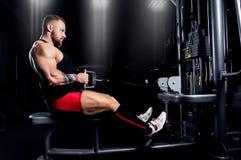 运动员执行在Th的latissimus肌肉的一锻炼 库存图片