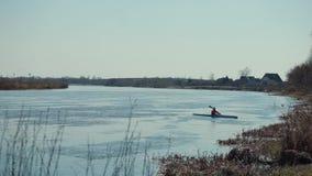 运动员把变成在河的一个独木舟 股票录像
