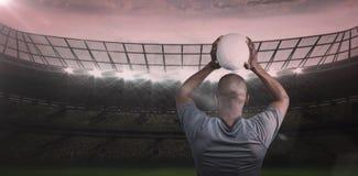 运动员投掷的橄榄球球背面图的综合图象3D  免版税库存图片