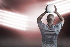 运动员投掷的橄榄球球3D背面图的综合图象  免版税库存照片