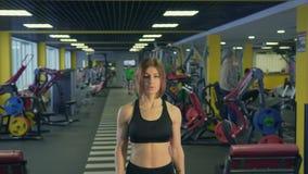 运动员有条不紊地提高肌肉大量的发展的哑铃 股票视频