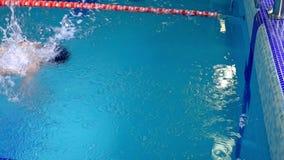 运动员游泳对水池的边并且做轮 影视素材