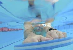 运动员游泳训练 免版税库存照片