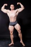 运动员爱好健美者在体育以后显示他的肌肉 免版税库存照片