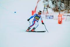 年轻运动员男性滑雪者在种族以后结束下坡从在俄国杯期间的山在高山滑雪 免版税库存图片