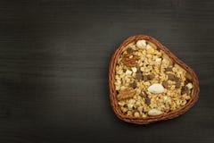 运动员的健康膳食补充剂 早餐Muesli和果子的Cheerios 减重的饮食 吃的Muesli 免版税图库摄影