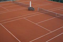 运动员的准备的网球场 图库摄影