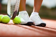 运动员的行程在网球拍附近的 免版税库存图片