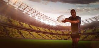 运动员的综合图象投掷橄榄球球的位置的3D 免版税库存图片
