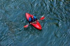 运动员皮艇在沿山河Belaya的一艘皮船下来在秋天时间的,顶视图阿迪格共和国 图库摄影