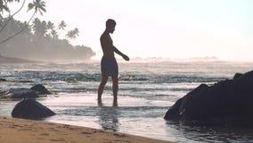 运动员站立在浅水区的剪影锻炼 股票视频