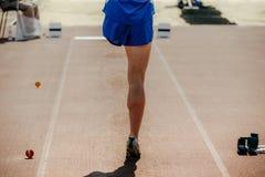 运动员肢体在跳远的被截肢者腿 库存照片
