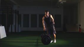 运动员训练在健身房的-功能训练锻炼 股票视频