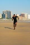 黑运动员赛跑和训练在海滩 库存照片