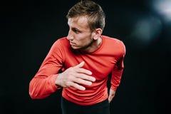 运动员赛跑者训练以在健身房的最快速度 关闭冲刺为在奔跑的成功的连续人射击 肌肉适合体育模型 免版税库存照片