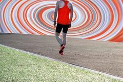 运动员跑在鞋子的踏车特写镜头的赛跑者脚 免版税库存图片